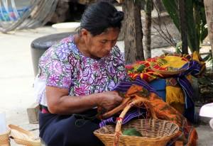 Tejedoras y bordadoras tsotsiles de Zinacantán,. Chiapas. Foto: Elizabeth Ruiz/Chiapas PARALELO