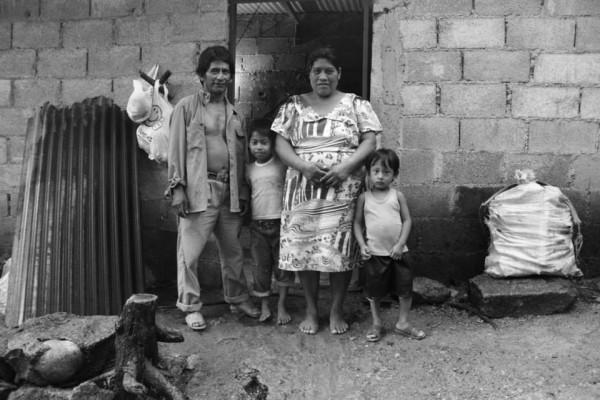 Esta familia campesina fue reubicada en Ixtacomitán a raíz de la erupción del Volcán Chichonal en Chapultenango Chiapas, durante marzo de 1982. El fenómeno dejó sin techo y sin tierras a otras 12 mil familias. Ellos fueron llevados a otros lugares bajo promesas de viviendas, tierras y servicios básicos. A 32 años la situación aún sigue sin mejorar. De qué podemos acusarlos, ¿de empobrecerse más? o de ¿Deforestar?. Foto y texto: Fermín Ledesma.