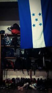 No es el vestidor de la Selección Nacional de Honduras, son las pertenencias de decenas de migrantes Centroamericanos que a diario son expulsados de sus países por la violencia y la pobreza, sin que algún gobierno haga algo al respecto por evitar esta tragedia humanitaria !!! Foto y texto: @RubenFigueroaDH