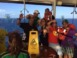 En la parte de atrás con su chaleco salvavidas, López Amores, en una de las últimas fotos que se tomó esa tarde del miércoles antes de lanzarse del piso 15 al mar en Brasil.