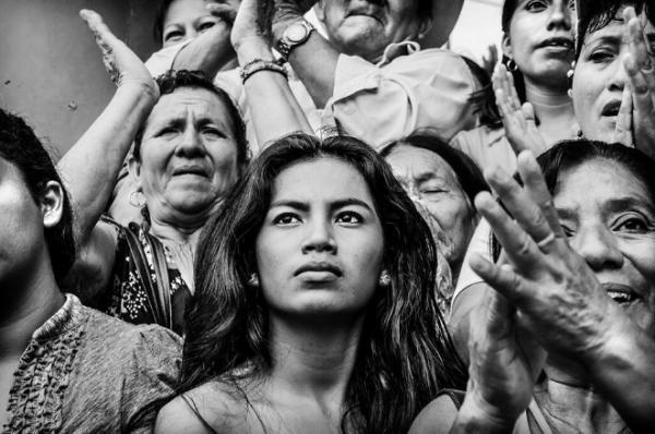 """Mujer del Sur. Es la fotografía con la que el chiapaneco Ariel Silva participa en la Expofoto """"El México de los mexicanos II"""" que se exhibe en la en la Galería Abierta de las Rejas del Bosque de Chapultepec, en la Ciudad de México. Patrocinada por Fomento Cultural Banamex."""