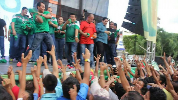 Autoridades municipales de Tapachula regalaron playeras a personas que fueron llevadas a la explanada del parque. Foto: Benjamín Alfaro