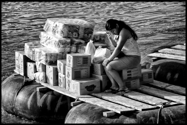 Mujer migrante cruzando el Suchiate