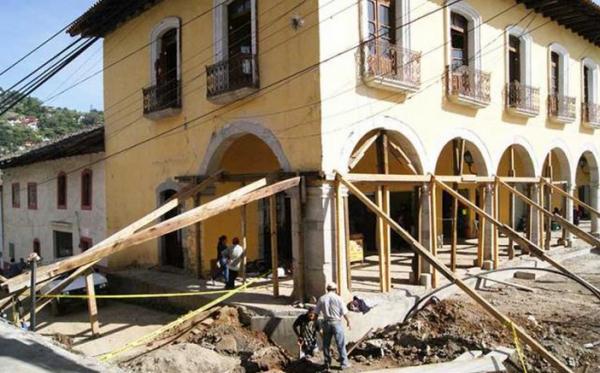 """pobladores de Pahuatlán denunciaron que la realización de diversas obras –públicas y privadas-, han """"depredado"""" y han puesto en riesgo al patrimonio arquitectónico y cultural de la cabecera municipal. Foto: Radio Expresión"""
