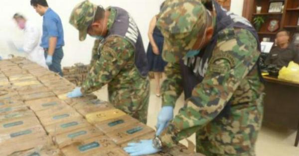 585 paquetes de droga era trasladada en una embarcación con dos motores fuera de borda. Foto: Semar