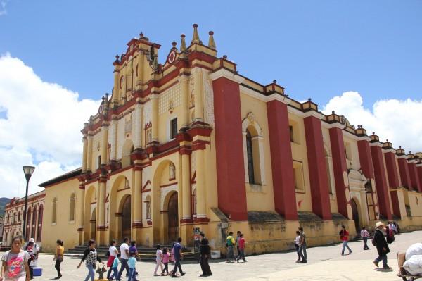 Catedral de San Cristóbal de las Casas se encuentra acordonada en la zona cercana a la fachada. Foto: Elizabeth Ruiz