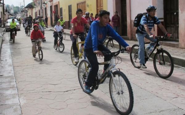 Ciclistas en San Crtistóbal de las Casas. Foto: Emiliano Hernández