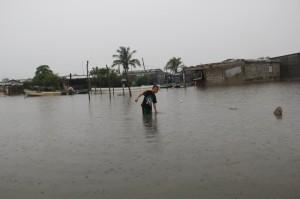 El nivel del mar incremento su nivel hasta alcanzar algunas viviendas. Foto: Elizabeth Ruiz