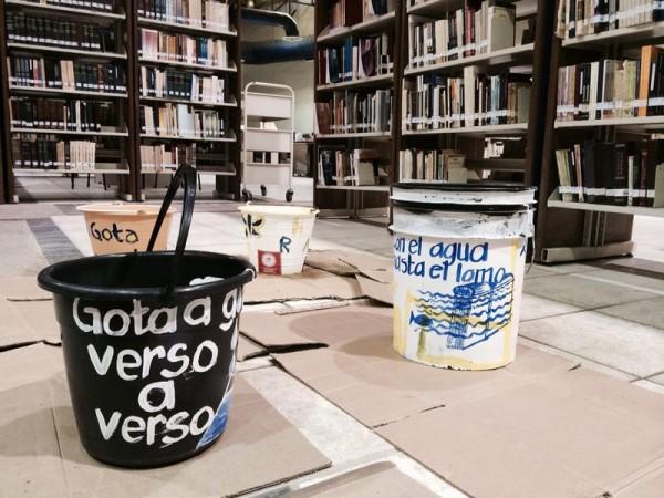 Las cubetas que fueron colocadas por la ciudadanía para visibilizar el estado de deterioro del Centro Cultural Jaime Sabines fueron movidas. Foto: Ángeles Mariscal/ Chiapas PARALELO.