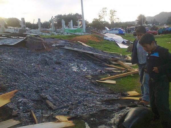 Niños observan su casa destruida. Foto: http://intoleranciaypersecucion.blogspot.mx