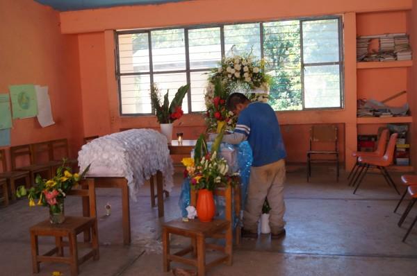 La escuela de la localidad sirvió para velar a las dos menores de edad fallecidas en deslizamiento. Foto: Benjamin Alfaro