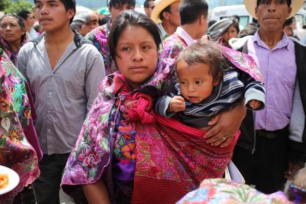 Larga espera y un discurso institucional, tuvieron que soportal las mujeres de Zinacantán. Foto: Elizabeth Ruiz