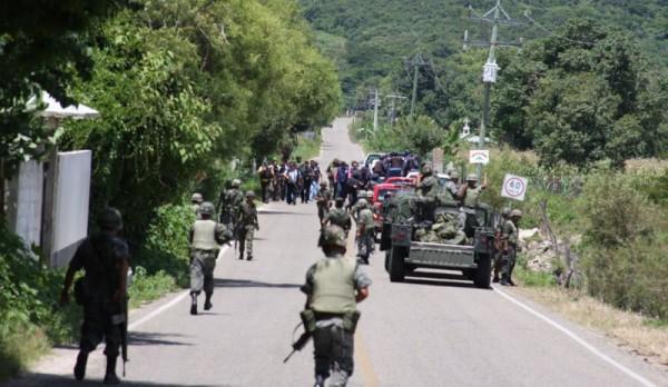 Policías municipales, hombres civiles armados y hasta el Ejército se movilizaron en la captura arbitraria y tortura a los cinco indígenas, denuncian. Foto Archivo
