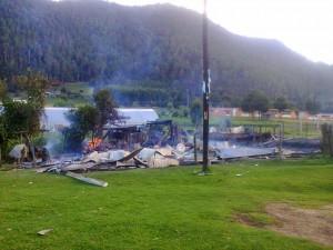 Una docena de viviendas fueron quemada en Mitzitón. Foto: http://intoleranciaypersecucion.blogspot.mx/