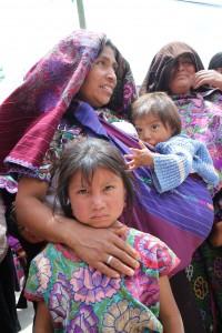 Mujeres y niñas acuden al evento público de promoción de la Cruzada Nacional Contra el hambre. Foto: Elizabeth Ruiz