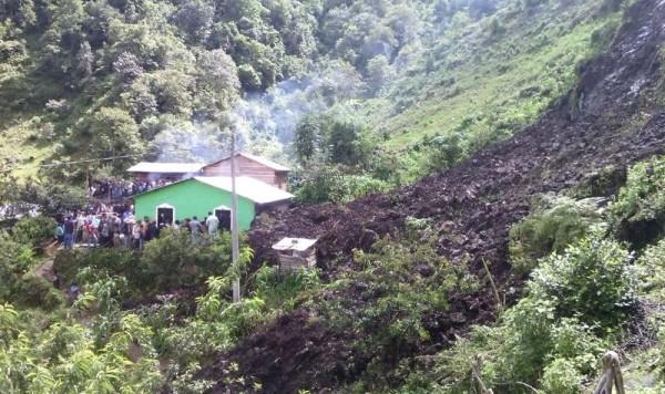 El deslizamiento de ladera provocó que en el lugar falleciera una niña de 5 años de edad, quien respondía al nombre de Rebeca Díaz Gómez.