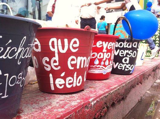 Durante el Festival #100en1díaTuxtla, ciudadanos y ciudadanas pintaron cubetas para las goteras del Centro Cultural Jaime Sabines. Foto: Sandra de los Santos/ Chiapas PARALELO.