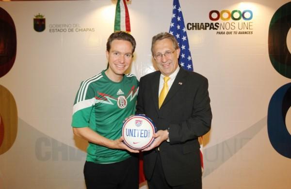 Gobernador de Chiapas Manuel Velasco regala un balón el embajador de Estados Unidos. Foto: Icoso