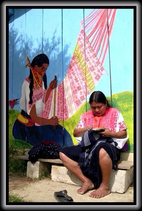 Bordadora indígena tsotsil en Oventic, Chiapas. Foto: Elizabeth Ruiz