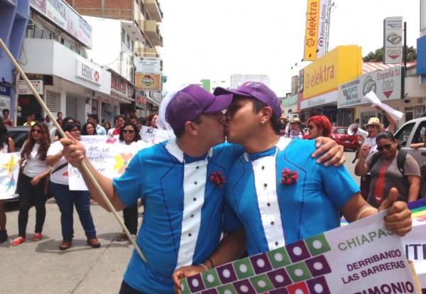 Una pareja en un gran beso en el marco de la Primera Marcha del Orgullo Gay realizado en Tuxtla Gutiérrez, Chiaas. Foto: Isaín Mandujano.