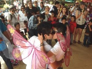 Otra pareja no dudó en exhibir su afecto y amor ante las miradas de hombres, mujeres y niños en el marco de la Primera Marcha del Orgullo Gay realizado en Tuxtla Gutiérrez, Chiaas. Fotos: Isaín Mandujano.