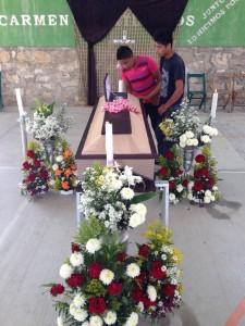 Pedro Reynaldo Gómez López, de 27 años de edad, era albañil, esposo de Guadalupe de Jesús Morales Rodríguez de 21 años y padre de Diego Anderson Gómez Morales de 3 años, no pudo ser velado dentro de su casa, es muy pequeña.