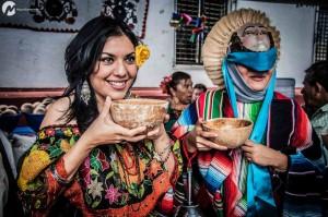 La Chiapaneca y el Parachico tomando pozol de cacao. Foto: Miguel Castanedo.