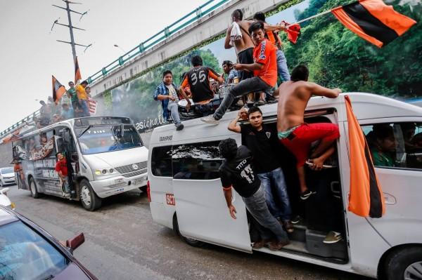 Fiesta, futbol y rock. Barra de los Jaguares de Chiapas camino al estadio. 26 de julio de 2014. Foto: Ariel Silva