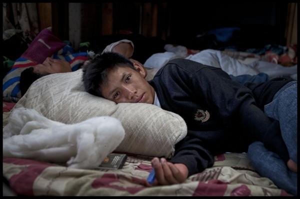 Dos menores se toman un respiro en el albergue de la Iglesia de Cristo Rey luego de 3 semanas de recorrido desde Honduras