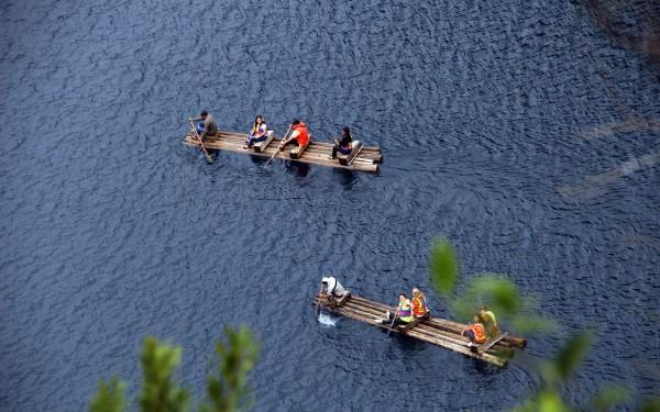 Balsas de troncos sirven para cruzar los Lagos de Montebello. Foto: Elizabeth Ruiz