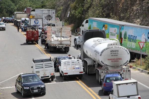 Transportistas de San Cristóbal de las Casas realizaron un bloqueo carretero en la carretera que comunica a la capital del estado. Foto: Elizabeth Ruiz