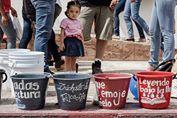 Las cubetas que un grupo de ciudadanos llevo al Centro Cultural Jaime Sabines para las goteras fueron retiradas. Foto: Ariel Silva/ Chiapas PARALELO.
