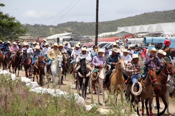 En cada fiesta, en cada feria, políticos se dan cita para encabezar cabalgatas donde participan rancheros, trabajadores y personas que trabajan del campo. Foto: Elizabeth Ruiz