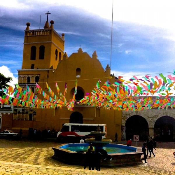Papeles de colores visten los templos y calles de la ciudad de Comitán, Chiapas. Foto: Elizabeth Ruiz