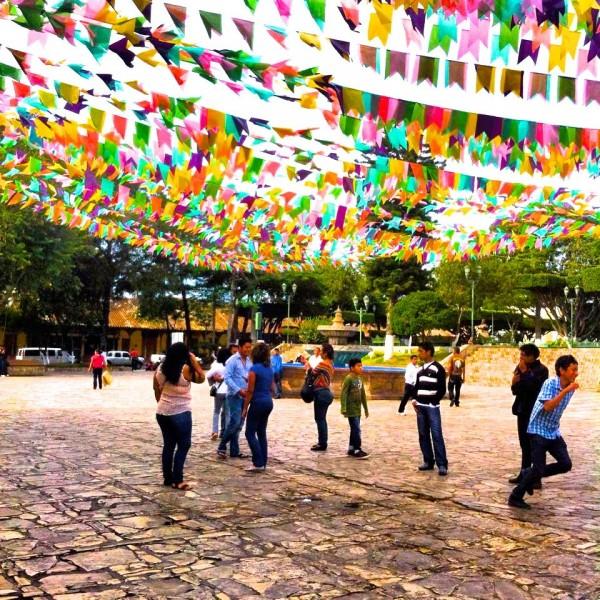 Jugando bajo el arcoiris. Foto: Elizabeth Ruiz