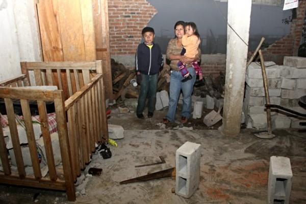 Dormir sin paredes, esta noche la realidad para  familias afectadas por sismo. Foto: Elizabeth Ruiz