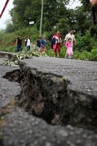 Fracturas en carreteras obligan a cruzar a pie. Foto: Elizaberth Ruiz