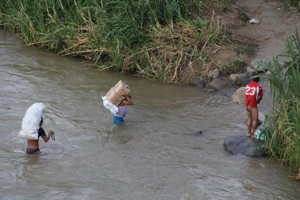 Llegando al otro lado del río. Foto: Elizabeth Ruiz