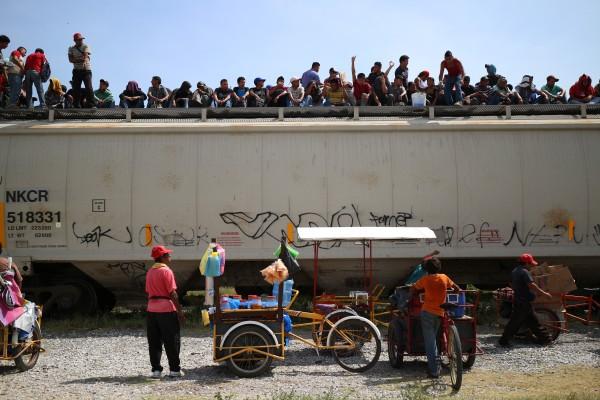 Miles salen todos los días de sus países devastados por la pobreza y violencia. Foto: Elizabeth Ruiz