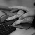 Mujeres de la tercer edad aprenden a usar internet, con apoyo de la UNACH