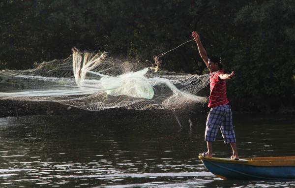 Extendiendo las redes. Foto: Elizabeth Ruiz