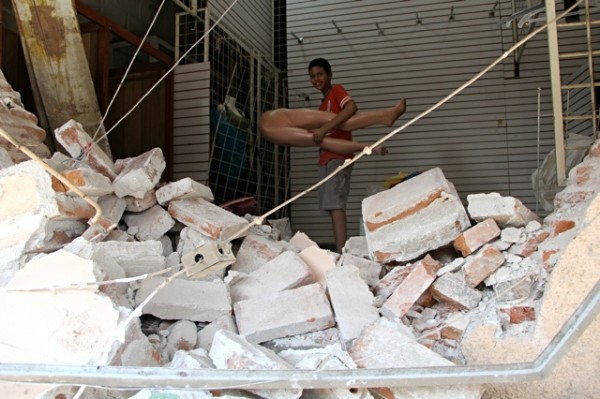 Rescatando maniquí de local colapsado. Foto: Elizabeth Ruiz