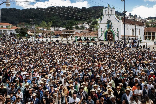 Elecciones en San Juan Chamula, municipio de los Altos de Chiapas que se rige por usos y costumbres. 1 de Julio de 2007. Foto: Archivo Ariel Silva.