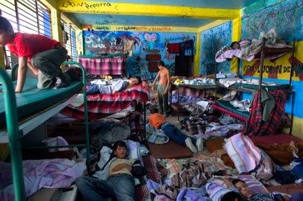 """Trasladan a 116 niños de albergue de """"Mamá Rosa"""" a tres entidades. Foto: AP"""