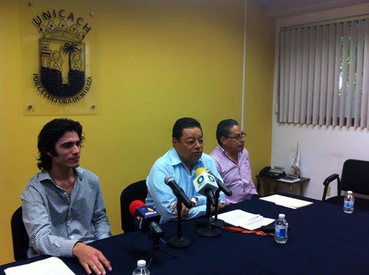 Hernán León, egresado de música de la Unicach. El rector, Roberto Domínguez y el Secretario Académico, Florentino Pérez Pérez. Foto: Sandra de los Santos/ Chiapas PARALELO.