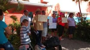Vecinos del albergue exigen con pancartas la reubicación del albergue para migrantes en Tapachula. Foto. Chiapas PARALELO