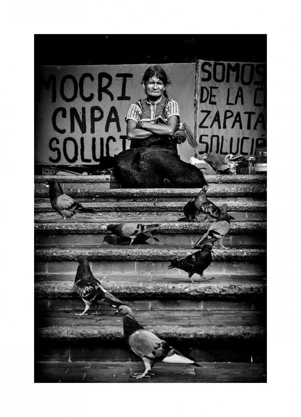 Ella y las palomas. Parque Central de Tuxtla Gtz. Abril de 2010. Foto: Ariel Silva