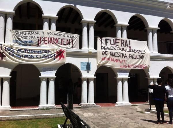 Alumnos apoyan a Vela Román. Foto: Elizabeth Ruiz