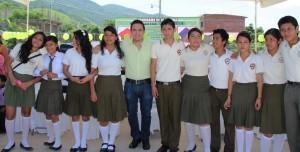 Fidel Álvarez, en una clausura de cursos de secundaria. Foto tomada de su cuenta de Twitter.
