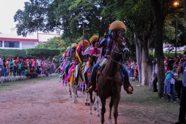 Los nahuares son representados por hombres a caballo que portan la tradicional máscara de parachico. Foto: Francisco López Velásquez/ Chiapas PARALELO.